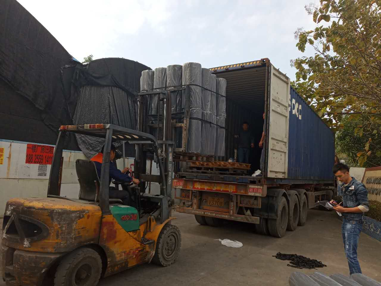 Loading the container in Nan Qi Xing